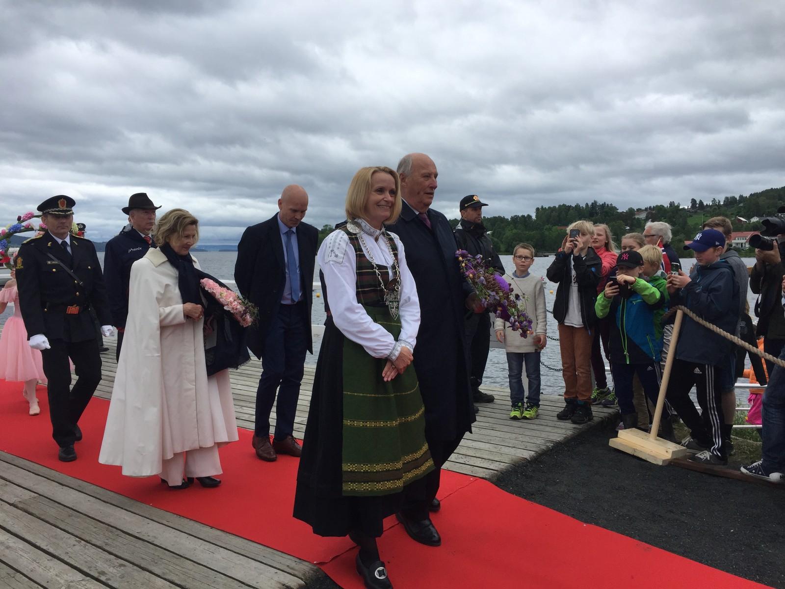 Skibladner fraktet kongeparet over til Kapp. Det var første gang de besøkte Østre Toten, og ordfører Guri Bråthen syntes det var veldig hyggelig å få besøk.