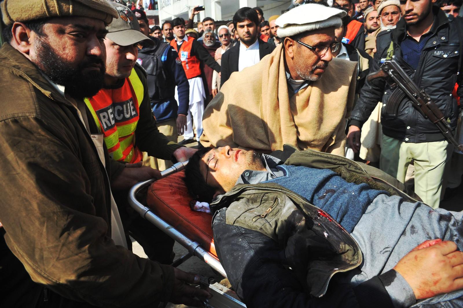 En såret mann blir fraktet til sykehus i Chasadda