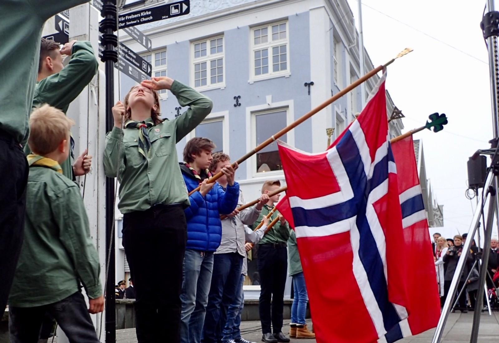 Flagget heises ved Haugesund KFUK-KFUM.