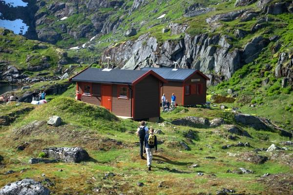 Trollfjordhytta med nytt tilskudd i form av sikringsbu oppført sommeren 2009 - Foto: Bjørn Eide