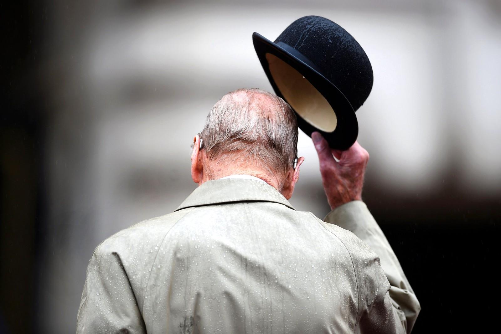Pensjonist. Prins Philip utførte denne uka sitt siste offisielle solooppdrag. 96-åringen trekker seg nå tilbake, men har sagt at det kan hende at han dukker opp sammen med dronningen ved senere anledninger. Her gjør han ære på marinesoldater og veteraner under en seremoni ved Buckingham Palace. Han skal ha utført 22.219 oppdrag alene siden 1952.