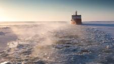 Et russisk tankskip følger stien som kystvaktskipet Cutter Healy har banet vei for i Beringhavet, en januardag i 2012.