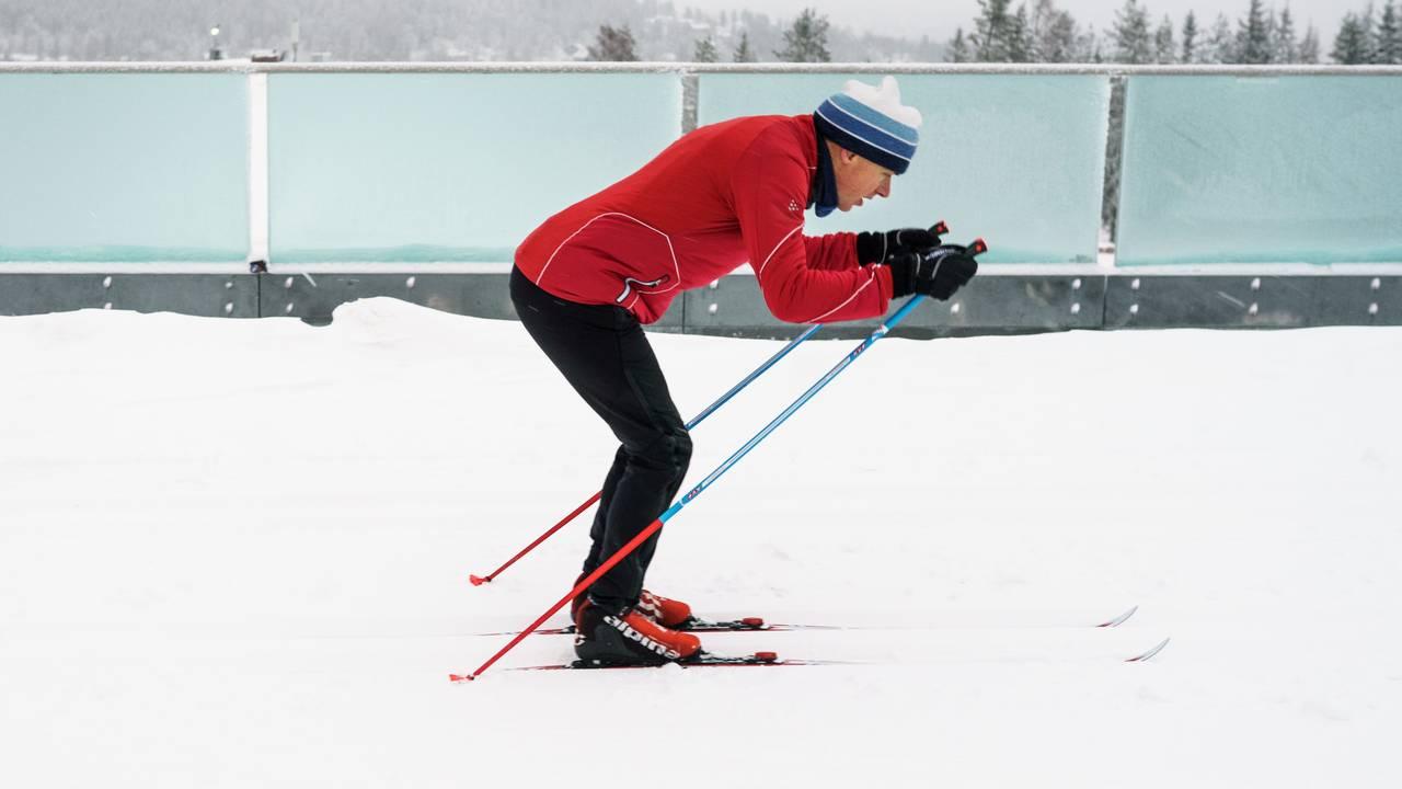 Erik Eide fra Skiforeningen demonstrerer dårlig teknikk når det kommer til dobbeltak med fraspark på langrennski.