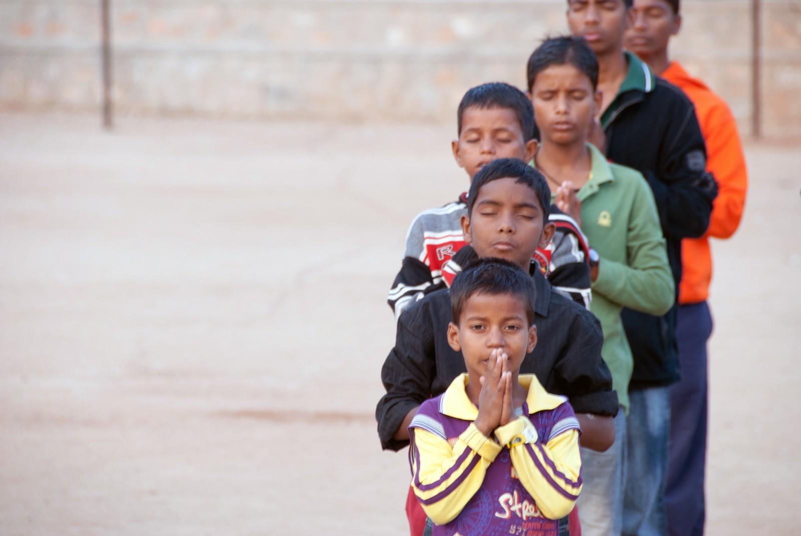 Morgenbønn må til. For mange av guttene er faste ritualer utenom det å arbeide helt fremmed.