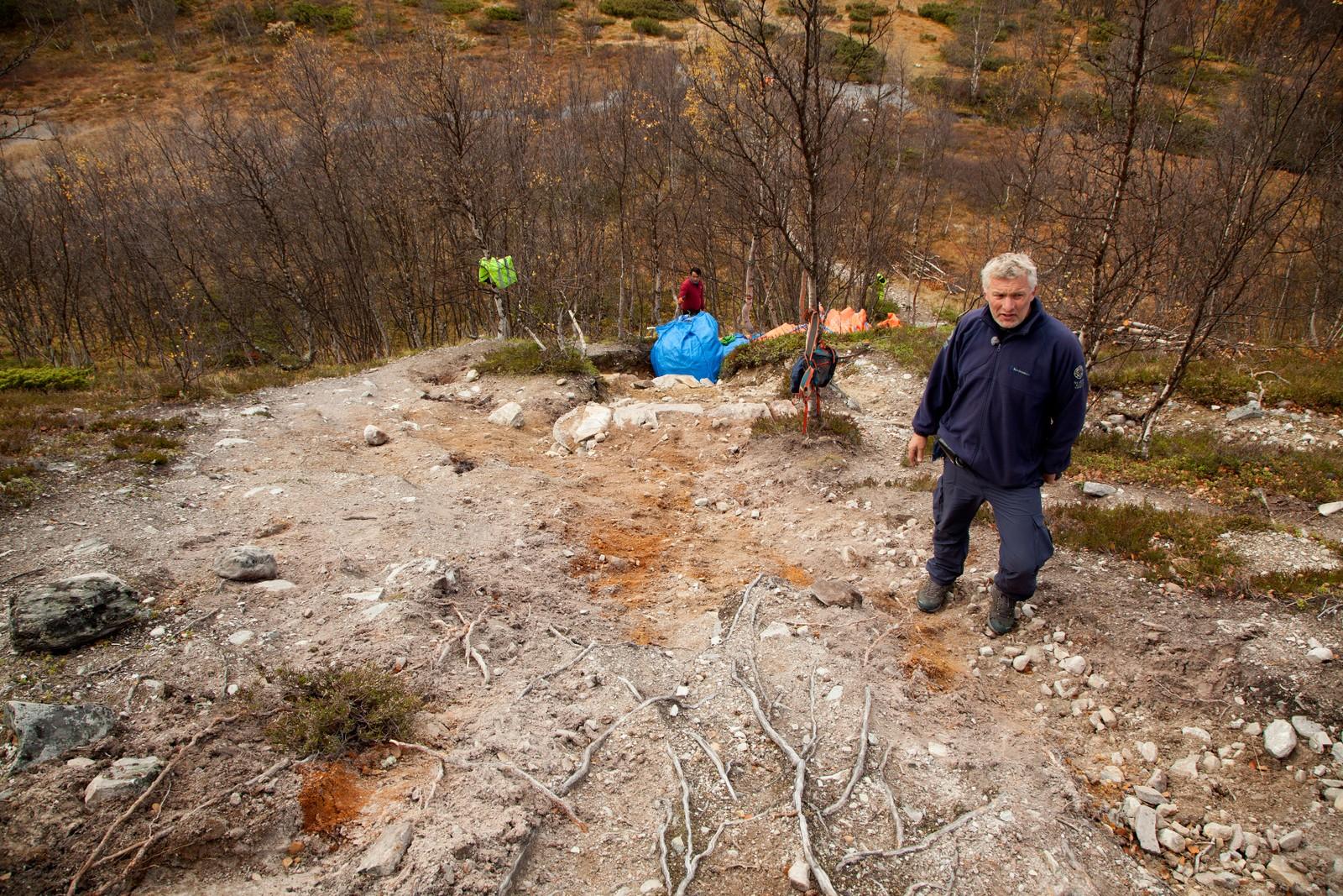 Finn Bjormyr i Statens Naturoppsyn viser hvordan jorda vaskes og slites vekk på turstiene.