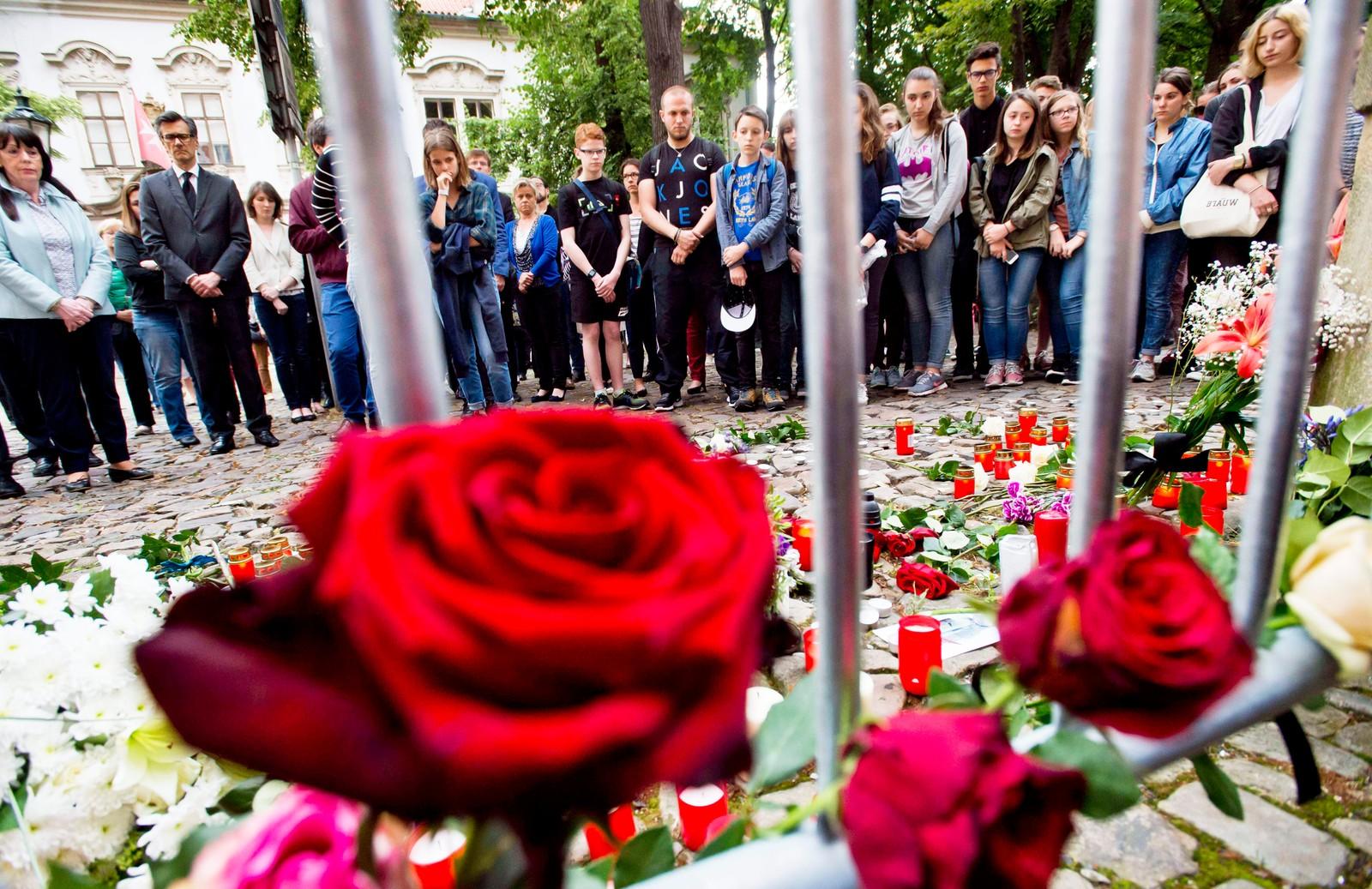 Roser til minne om terrorofrene i Nice i Praha, Tsjekkia.