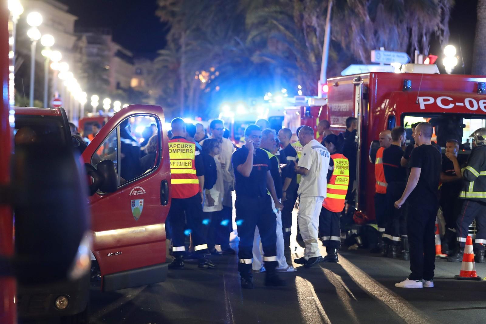 Politi, brannvesen og ambulanser på åstedet.