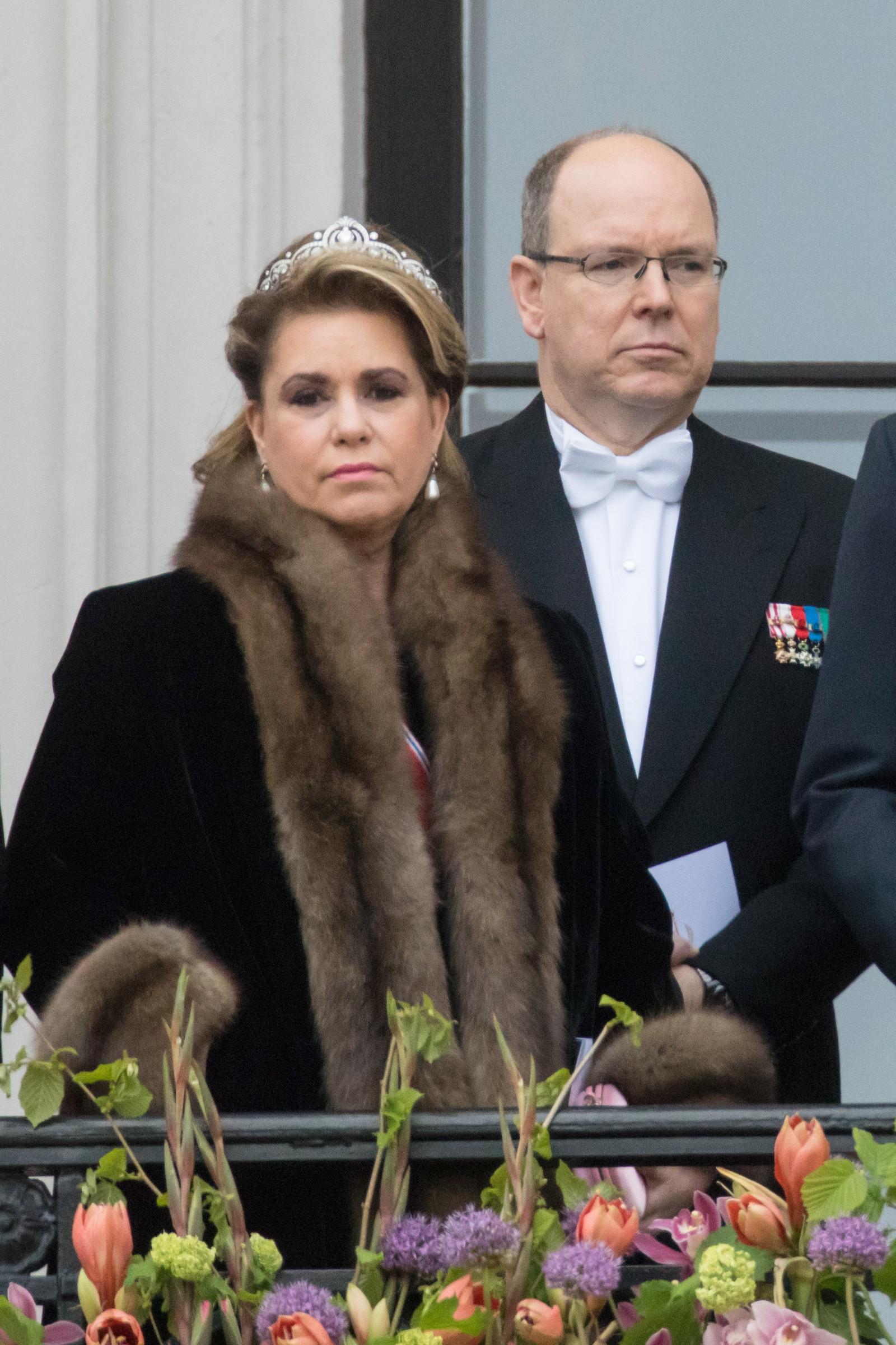 Storhertuginne Maria-Teresa av Luxembourg og fyrst Albert av Monaco. Kongeparet med kongelige gjester hilser publikum fra slottsbalkongen i anledning sin 80-årsfeiring.