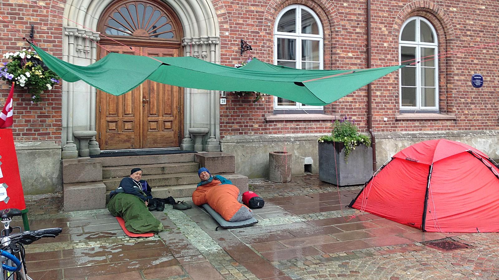Lars Verket (orange sovepose) og Olav Grendstad har overnattet på Torvet i Kristiansand natt til onsdag.