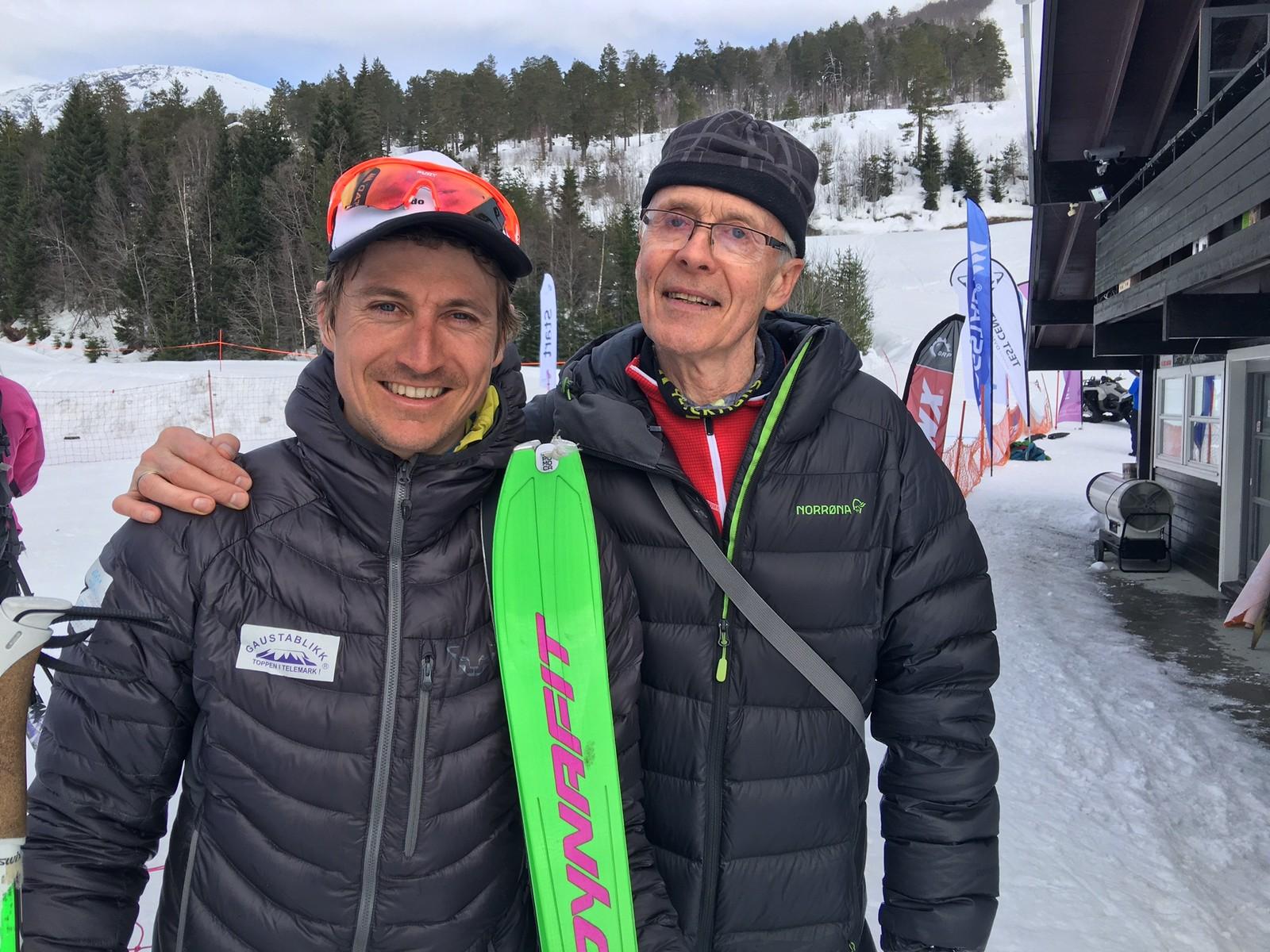 Lars Eirik Skjervheim får ein velfortent klapp på skuldra av pappa Lars Skjervheim.