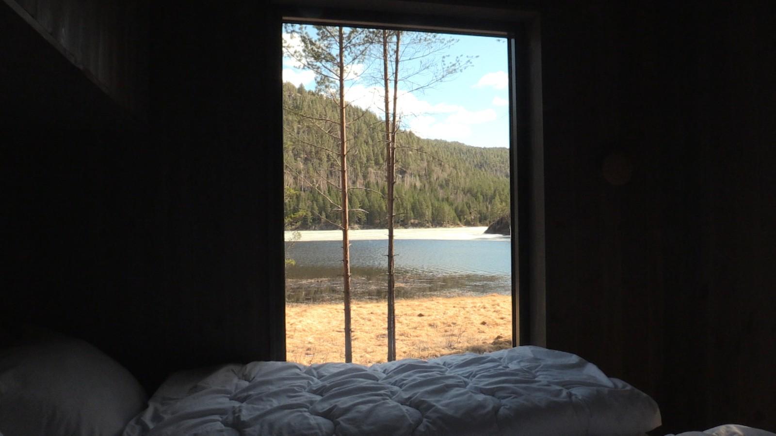 Utsikt fra seng på Kråkeslottet. Lundvann rett utenfor.