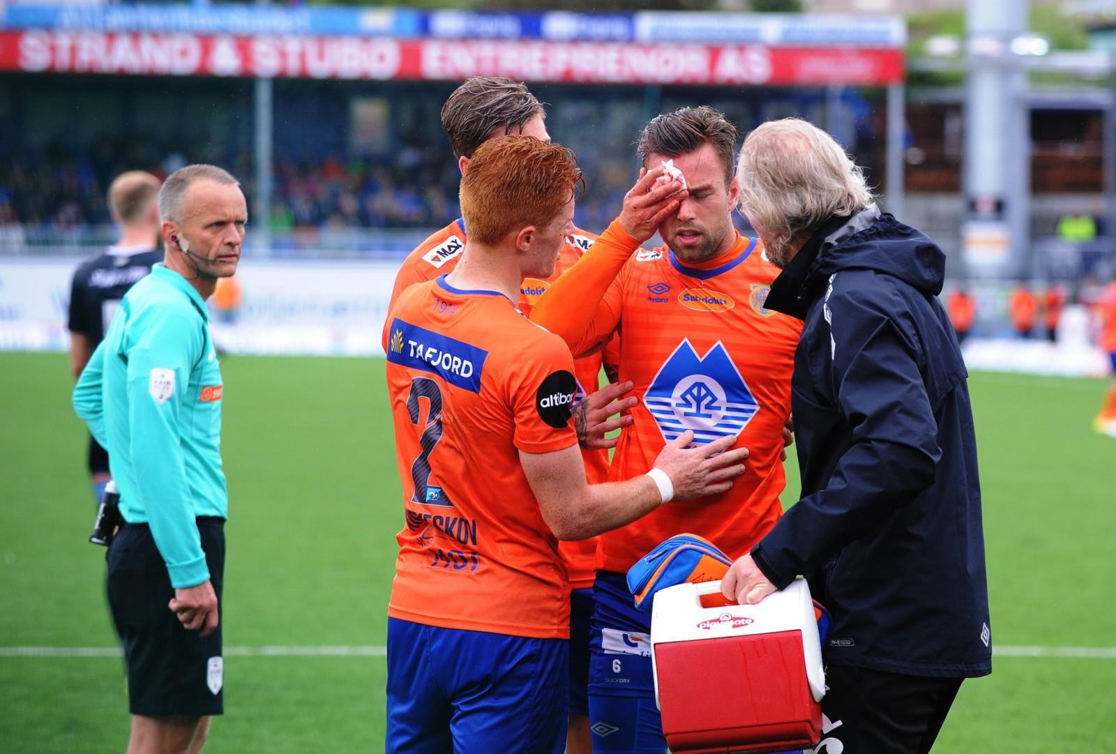 Aalesunds Kaj Ramsteijn ut med skade over øyet. Foto: Anders Tøsse / NTB scanpix Eliteserien fotball 2017 Kristiansund-Aalesund.