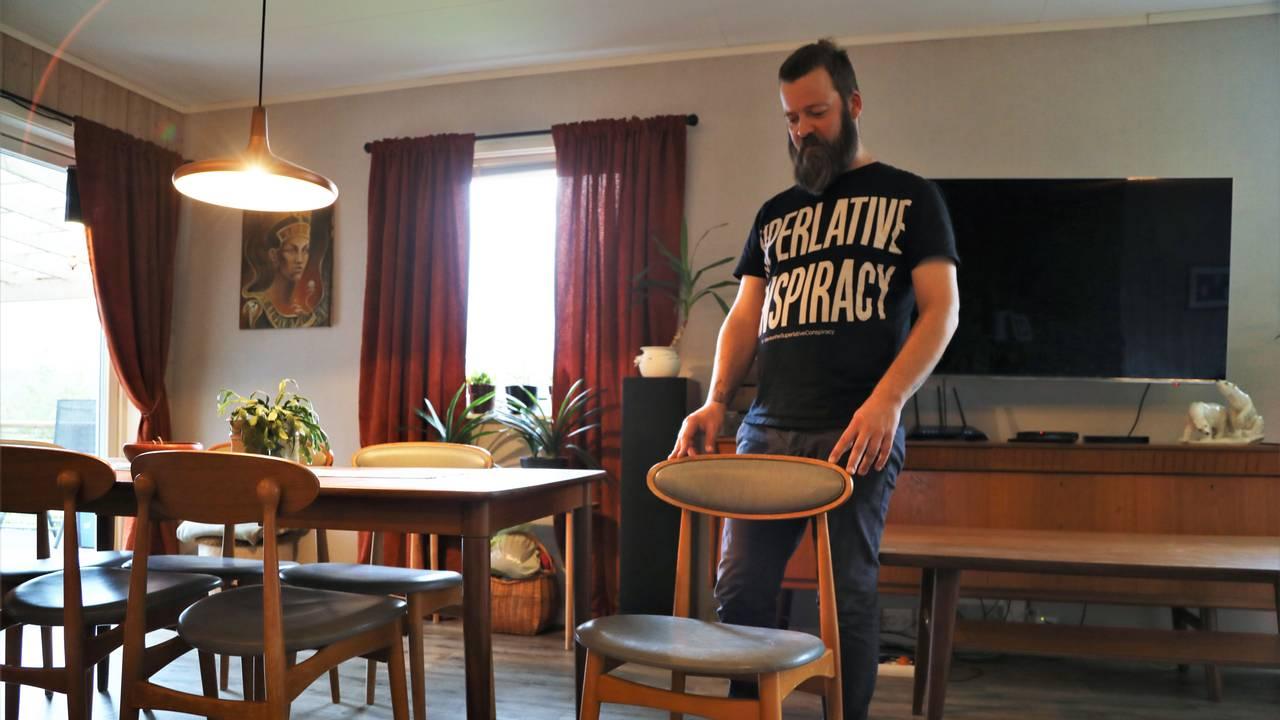 Ekteparet Bente Førde Kristensen og Hans Runar Krokstrand på Ørnes har stua full av retro teakmøbler.
