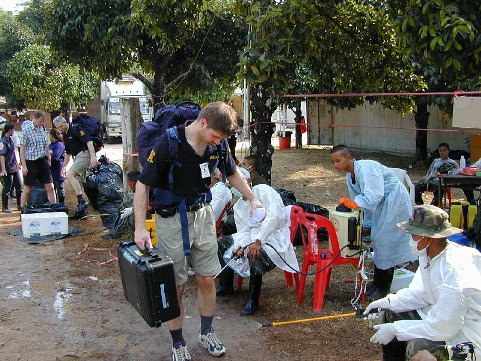 Rettsmedisinere og politi ble sprayet med desinfiserende middel. Det var sterkt og det tok livet av fluer forteller Rognum i dag. Flere av de norske rettsmedisinerne har i ettertid blitt behandlet for luftveisplager.