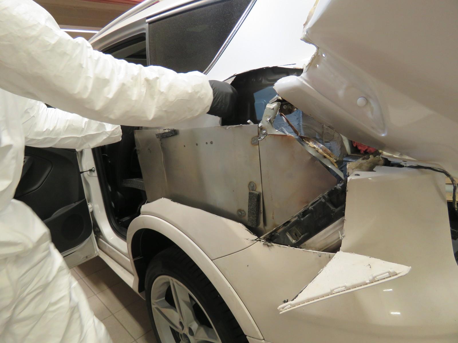 Her plukker tollerne ut narkotika fra bilens karosseri.