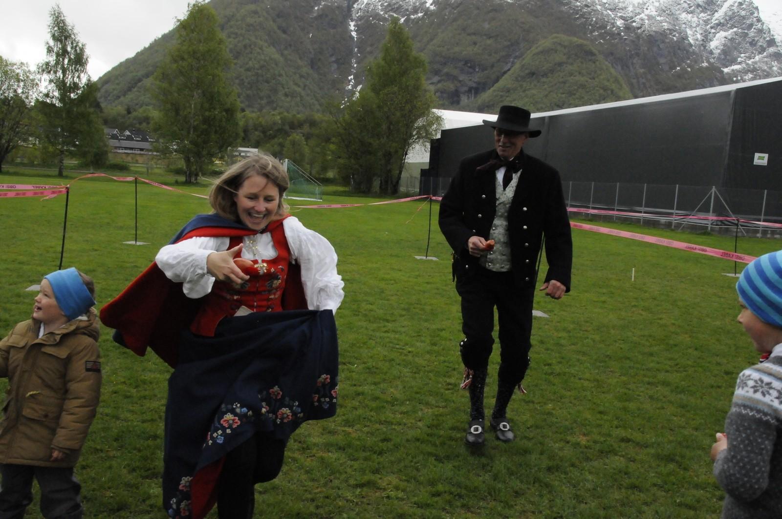 Ingen 17 mai uten sekkeløp. Her er det Gry Torsteinsen og Tommy Jensen som kappest i Åndalsnes.