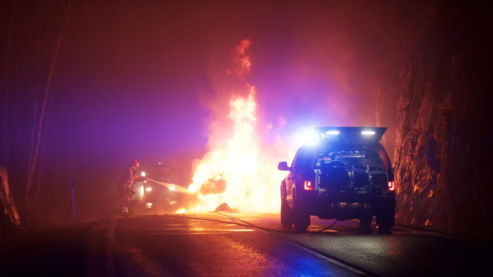 Brannmannskap slukket den kraftige bilbrannen.