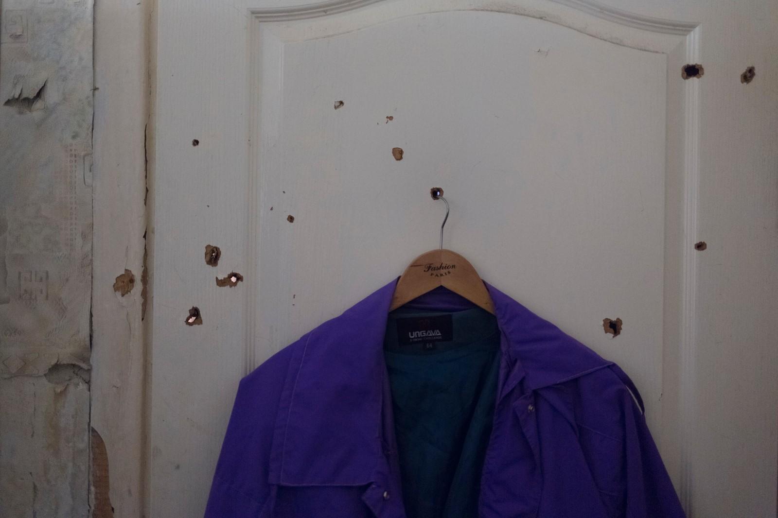 2. plass Dokumentar utland: Kyrre Lien, frilans.  En republikk av rebeller: Krigen i Donetsk i Øst-Ukraina er inne i sitt tredje år. 10.000 er drept og nær to millioner drevet på flukt. Kampene mellom de russiskstøttede opprørerne og det ukrainske militæret er ofte intense. Mennesker drepes daglige i en krig som ikke ser ut til å ende med det første. Splintene fra en bombekastergranat har boret seg gjennom døren, kjøkkenet og inn til Galas soverom. Etter noen timer har hun allerede benyttet de nye hullene til en kleshenger.