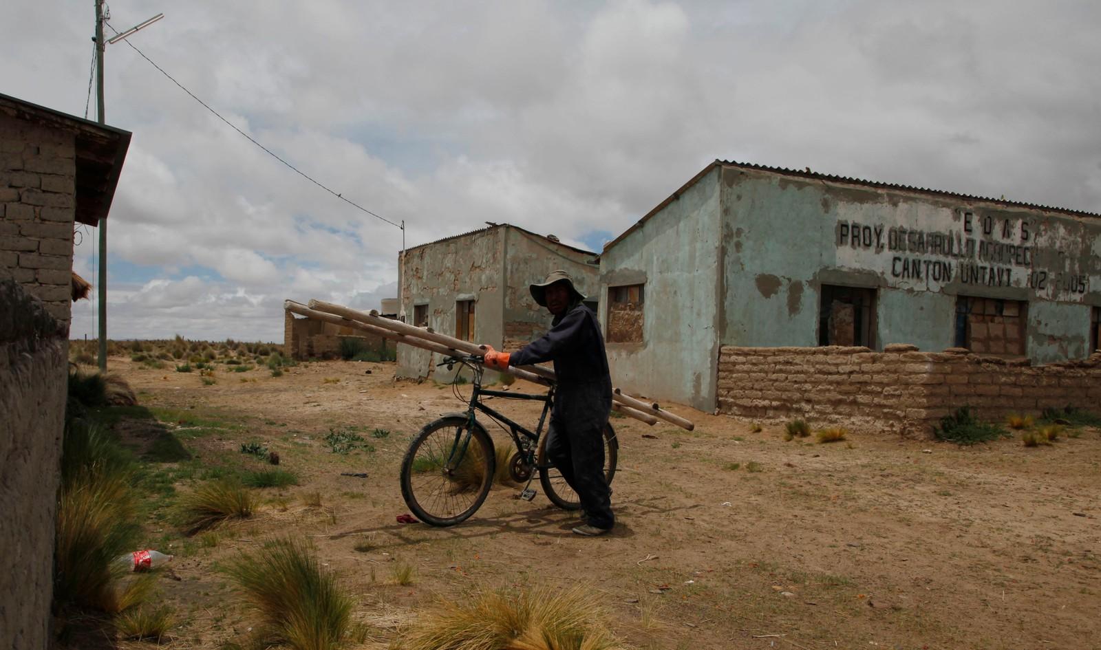 I det som er igjen av Untavi-samfunnet er den tidligere fiskeren Cirilo Choque på vei til jobben som murer. Ifølge Reuters bodde det 500 familier i Untavi, og to tredjedeler av dem har nå flyttet.