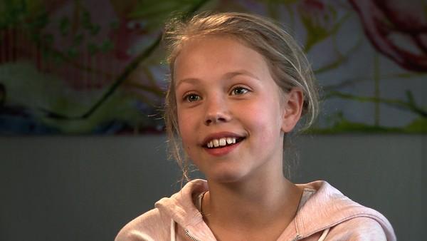 Norsk serie hvor vi får et innblikk i hverdagen til barn som har en ekstra utfordring å leve med.       Hennie stammer - derfor synes hun det er skummelt å holde foredrag for klassen. Men hun vil tørre å gjøre det likevel.