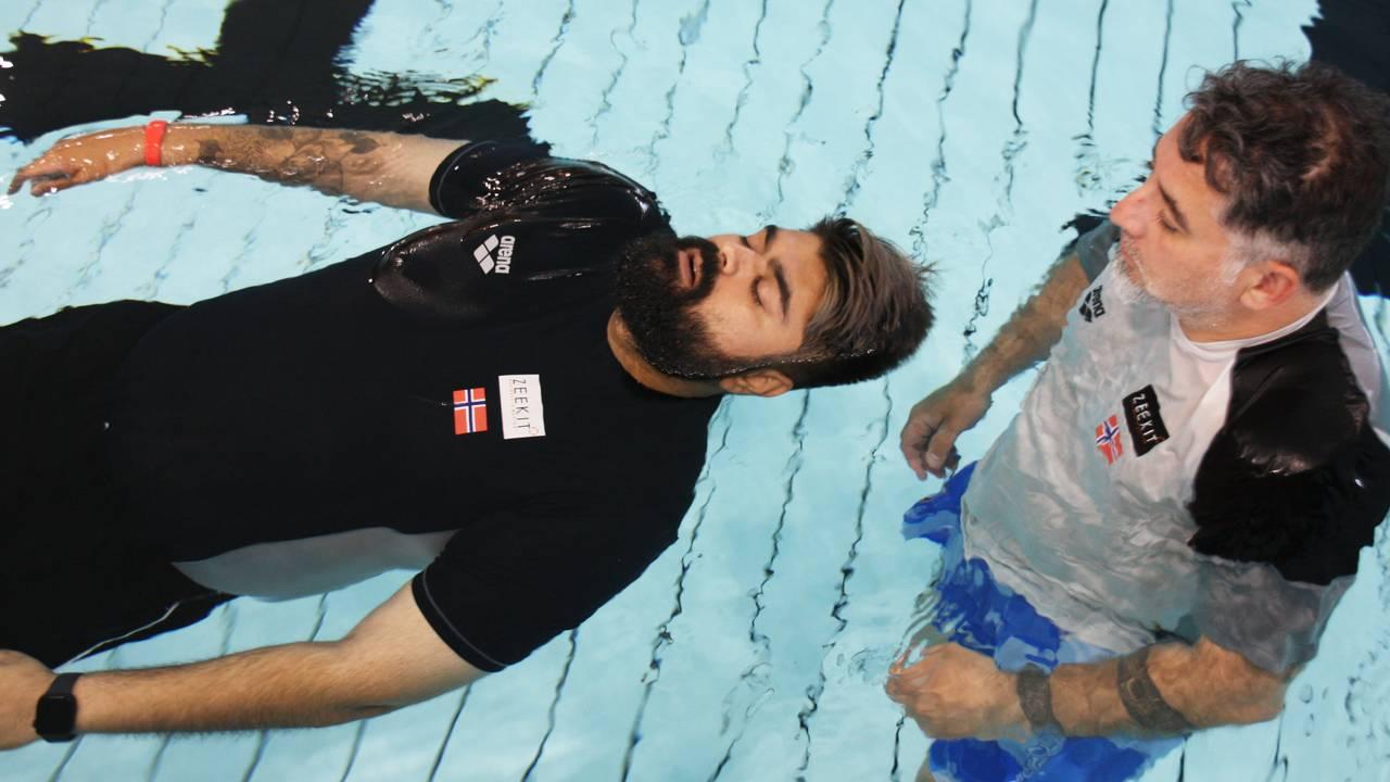 Abubakar Hussain trener på å flyte i bassenget.