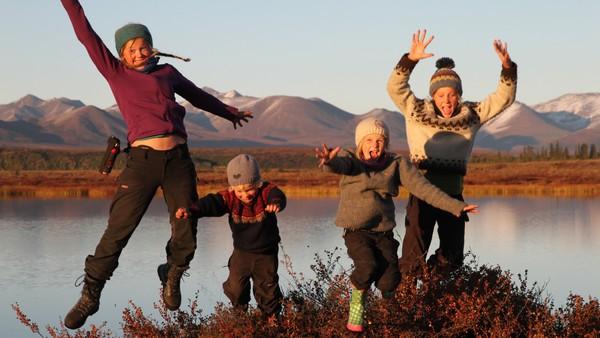 Norsk serie. Runa og familien hennes bor i Alta i Finnmark. De er veldig glad i å dra på tur ut i naturen.