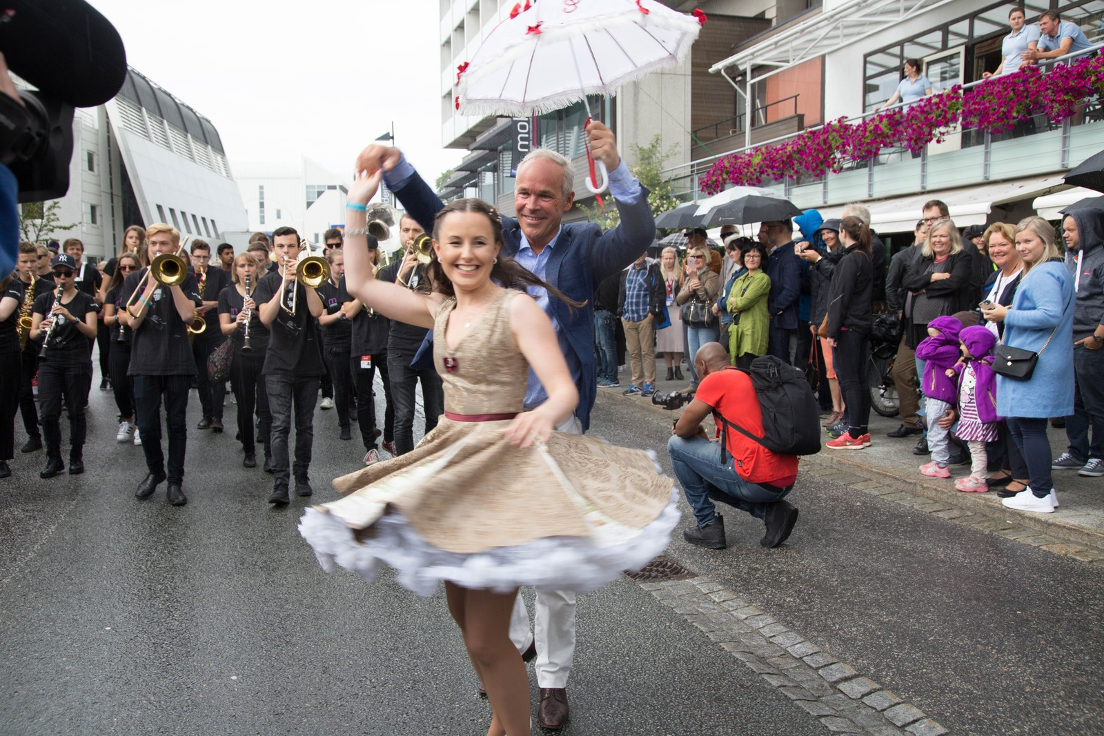 Kommunalminister Jan Tore Sanner kunne ikke la være å danse. Under åpningstalen fortalte han at han slett ikke hadde tenkt å la dansefoten ta overhånd.