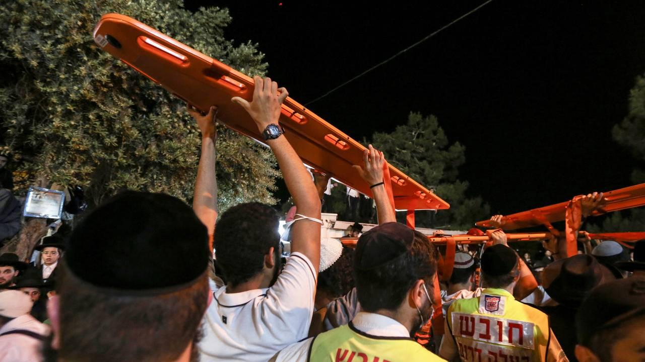 Bærer vekk båre etter ulykken i Israel