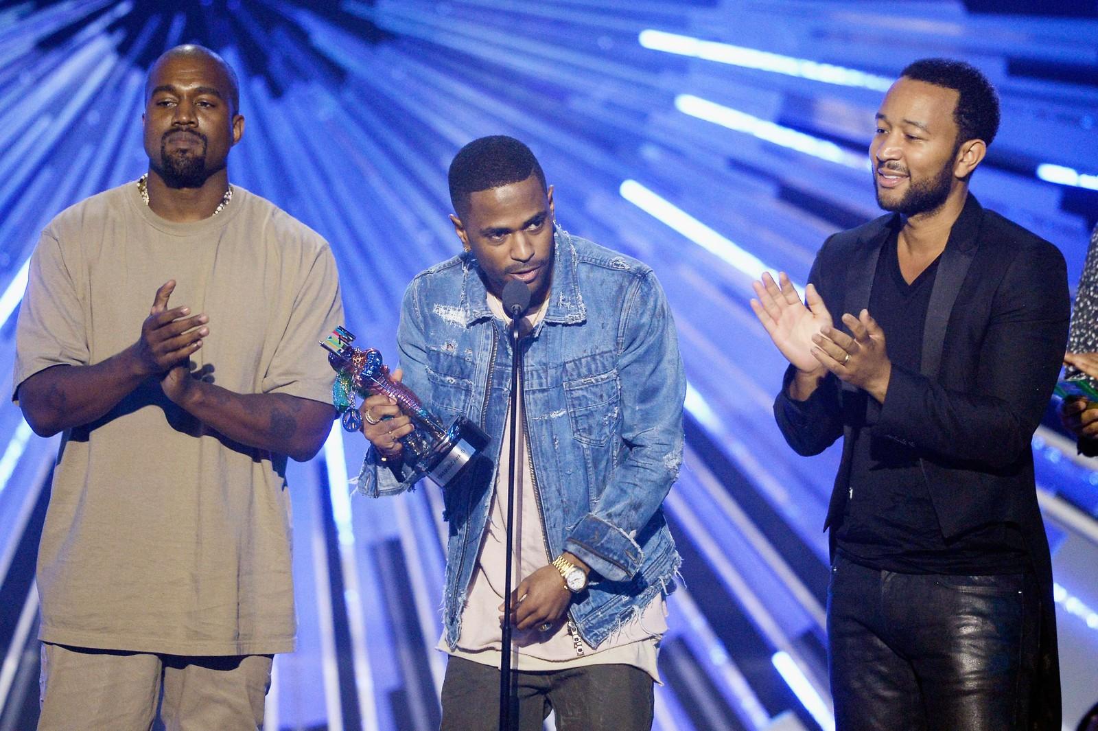 Kanye West, Big Sean og John Legend tok imot prisen for beste musikkvideo med et budskap for «One Man Can Change The World».