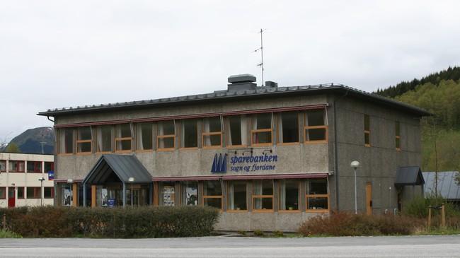 Sparebanken Sogn og Fjordane - tidlegare Gaular Sparebank - på Sande. Foto: Ottar Starheim, NRK.