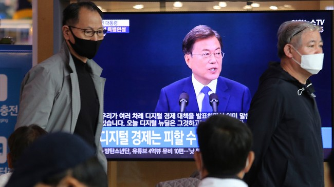 Sør-Koreas president Moon Jae-in holder tale, overført på søroreansk fjernsyn