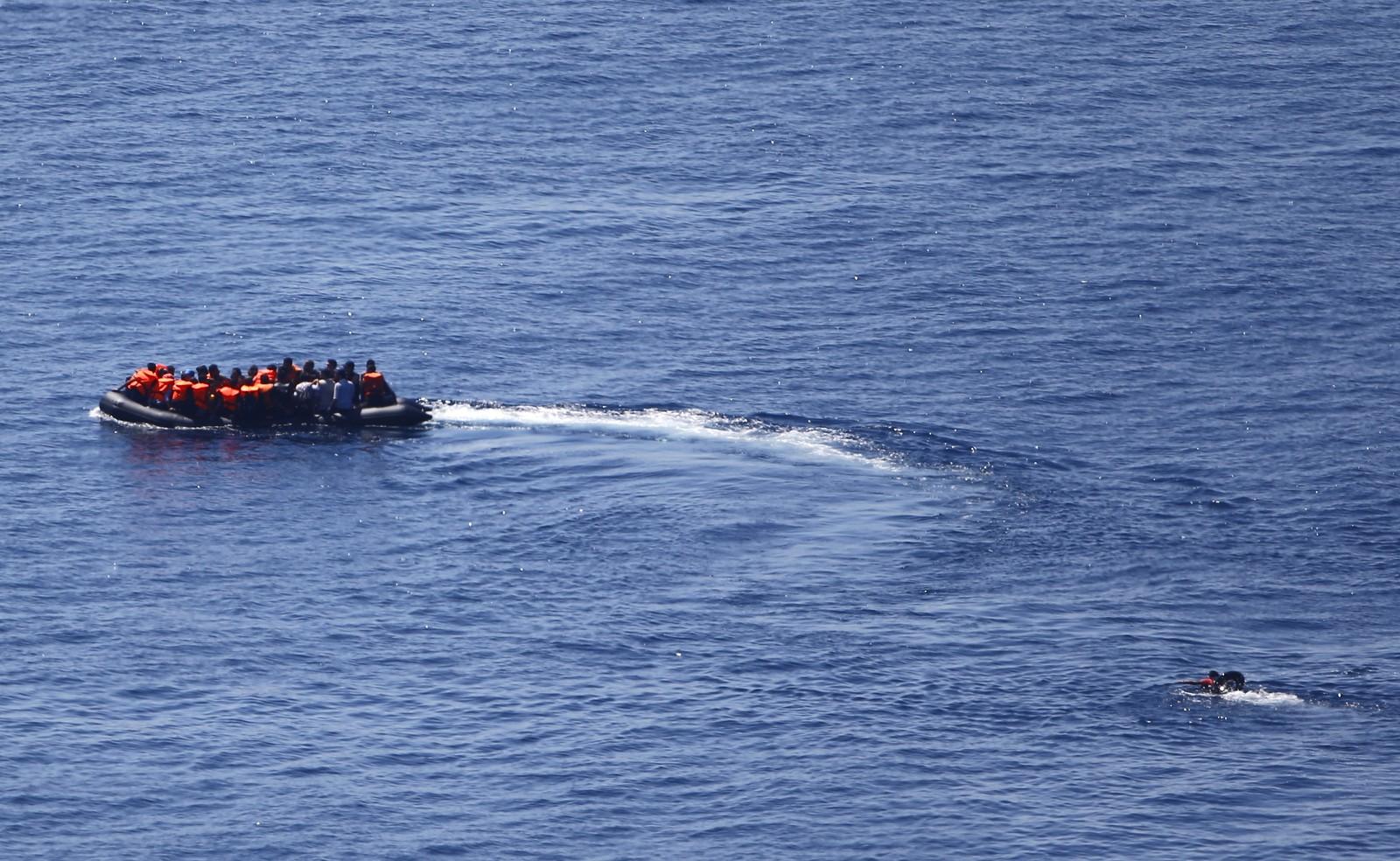 En flyktning prøvde desperat å ta igjen denne flåten, som var på vei fra Tyrkia til den greske øya Lesbos.