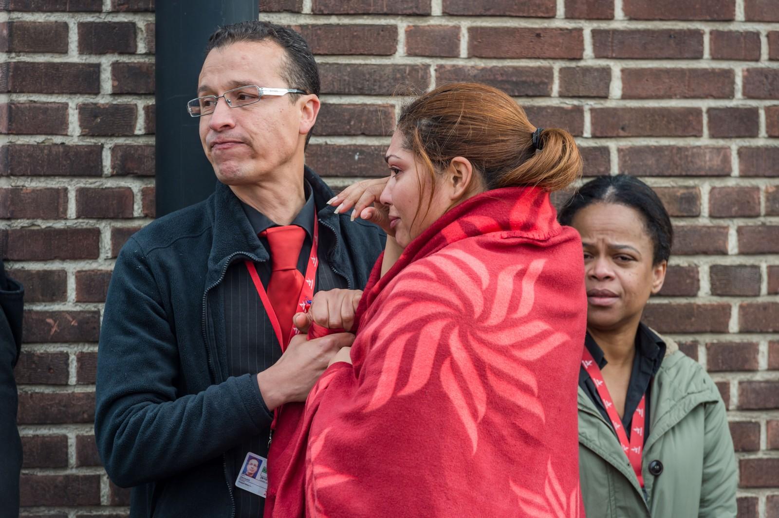 Evakuerte fra flyplassen i Brussel trøster hverandre etter terroren tirsdag morgen. Minst 43 er så langt bekreftet drept. Flere titalls er skadet.