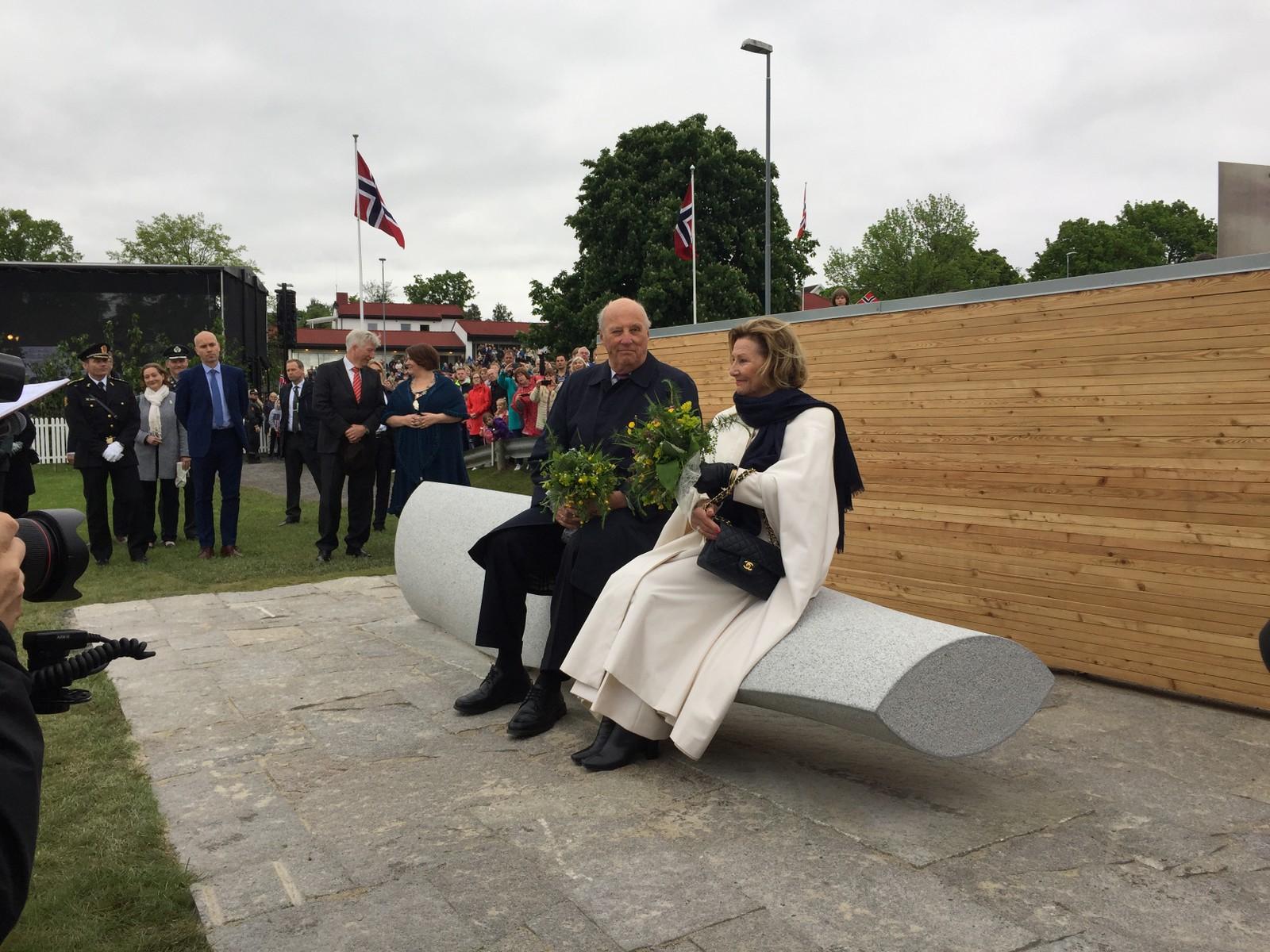 Kongeparet var de første til å sitte på kunstverket Åretaket som er en gave til folket fra Ringsaker kommune.