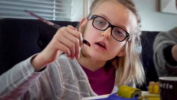Tuva er 10 år og har Bilaterial perisylvian polimikrogyri.       Tuva har to familier. Hun bor mest med mamma, pappa og Jonas, men hun har også en ekstra-familie som hun bor hos en helg i måneden. Det er fint å ha to familier, synes Tuva, for det er dobbelt så mange å ha det gøy sammen med.