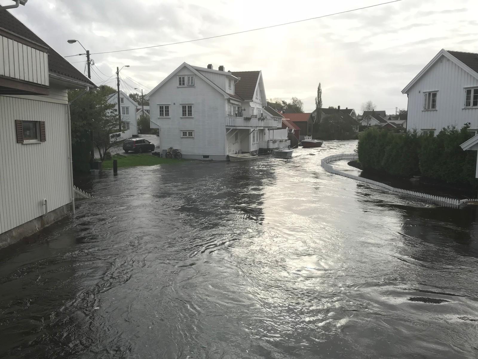AGDER: Gater og hager oversvømmet i Lunde i Søgne.
