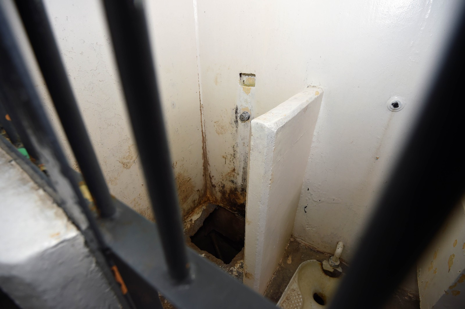 Guzman forsvant trolig ned i et hull i dusjgulvet. Det tok minst 20 minutter før noen slo alarm.
