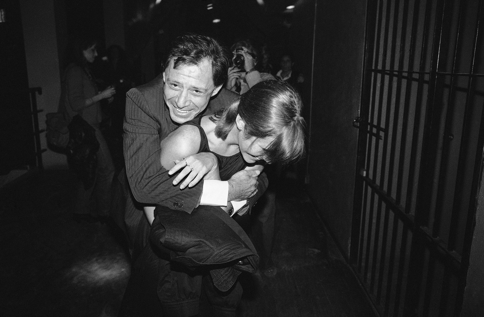 PÅ DISKO: Eddie Fisher og Carrie Fisher i det de er på vei inn på The Underground Disco i New York, 24. april 1981. (AP Photo/Drew)