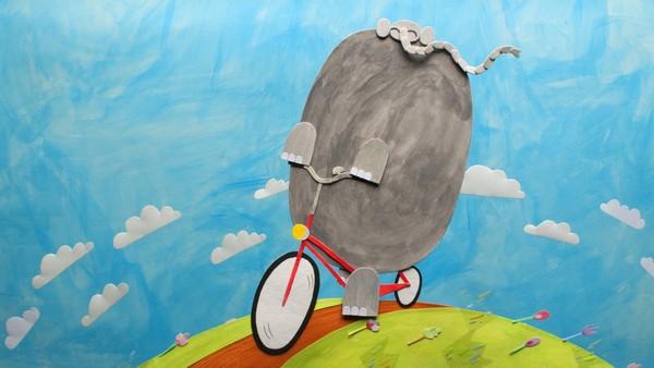 Fransk animasjon. En elefant jobber som gatefeier for å tjene penger til å kjøpe seg en sykkel.