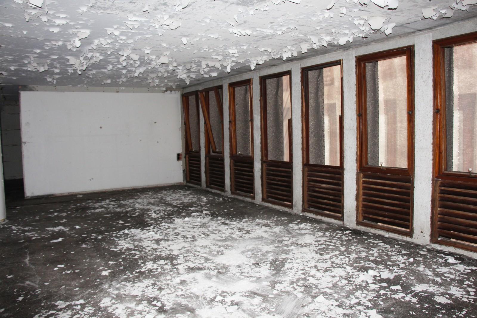 Høyblokka er en solid bygning. Selv om det flasser maling og tapet fra veggene og taket, har den en sterk struktur.