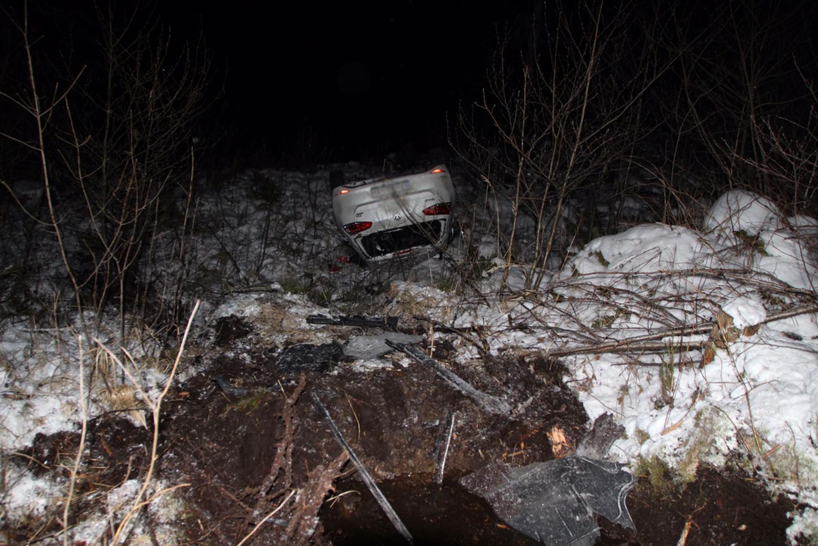 Utforkjøring på Bjelland i Marnardal. Bilen havnet på taket etter å ha kjørt ned ei skråning.