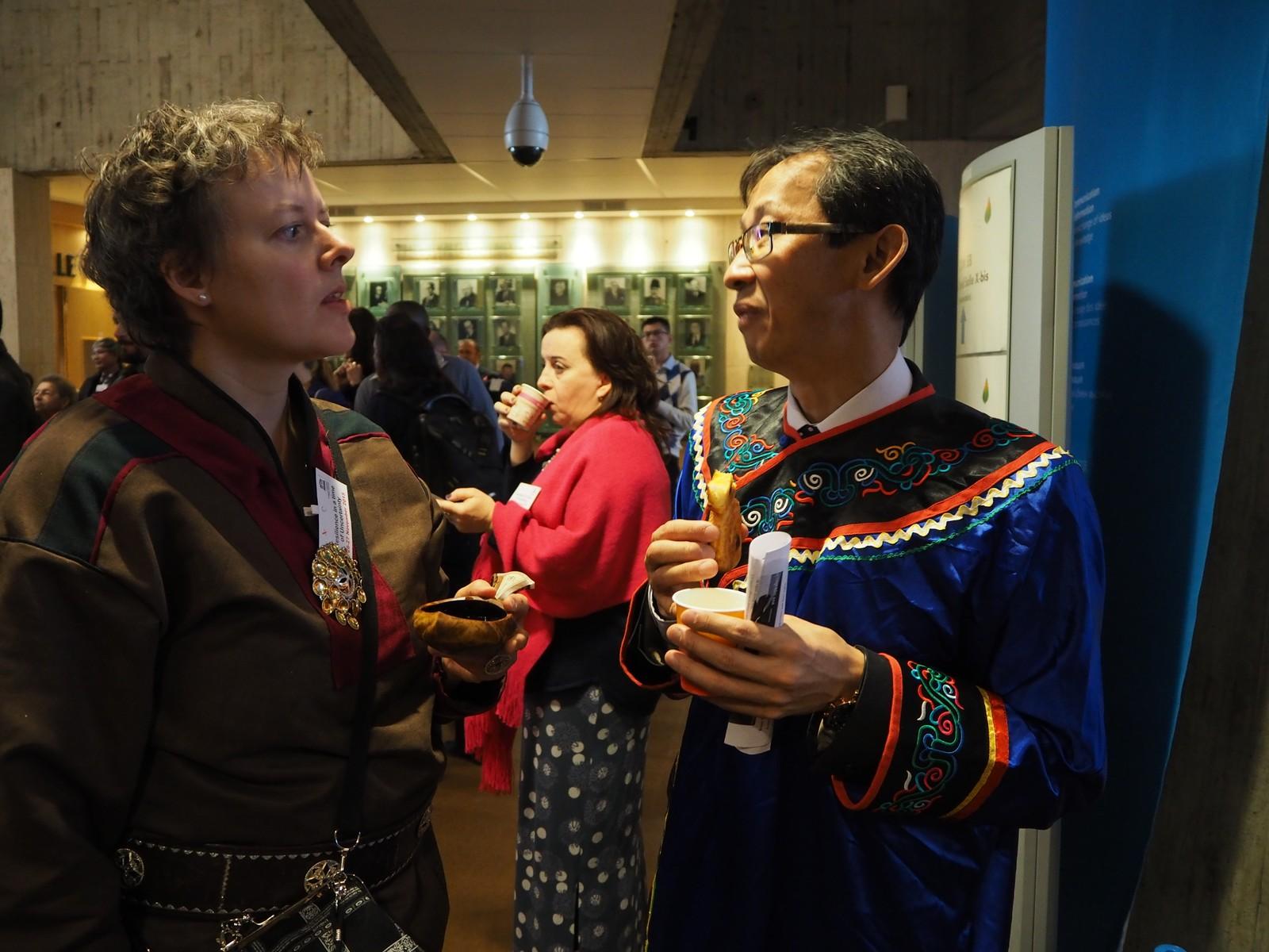 Gunn Britt Retter fra Samerådet med miljøvennlig kopp under COP21.  Fra UNESCOs urfolkskonferanse Resilience in a time of uncertainty.