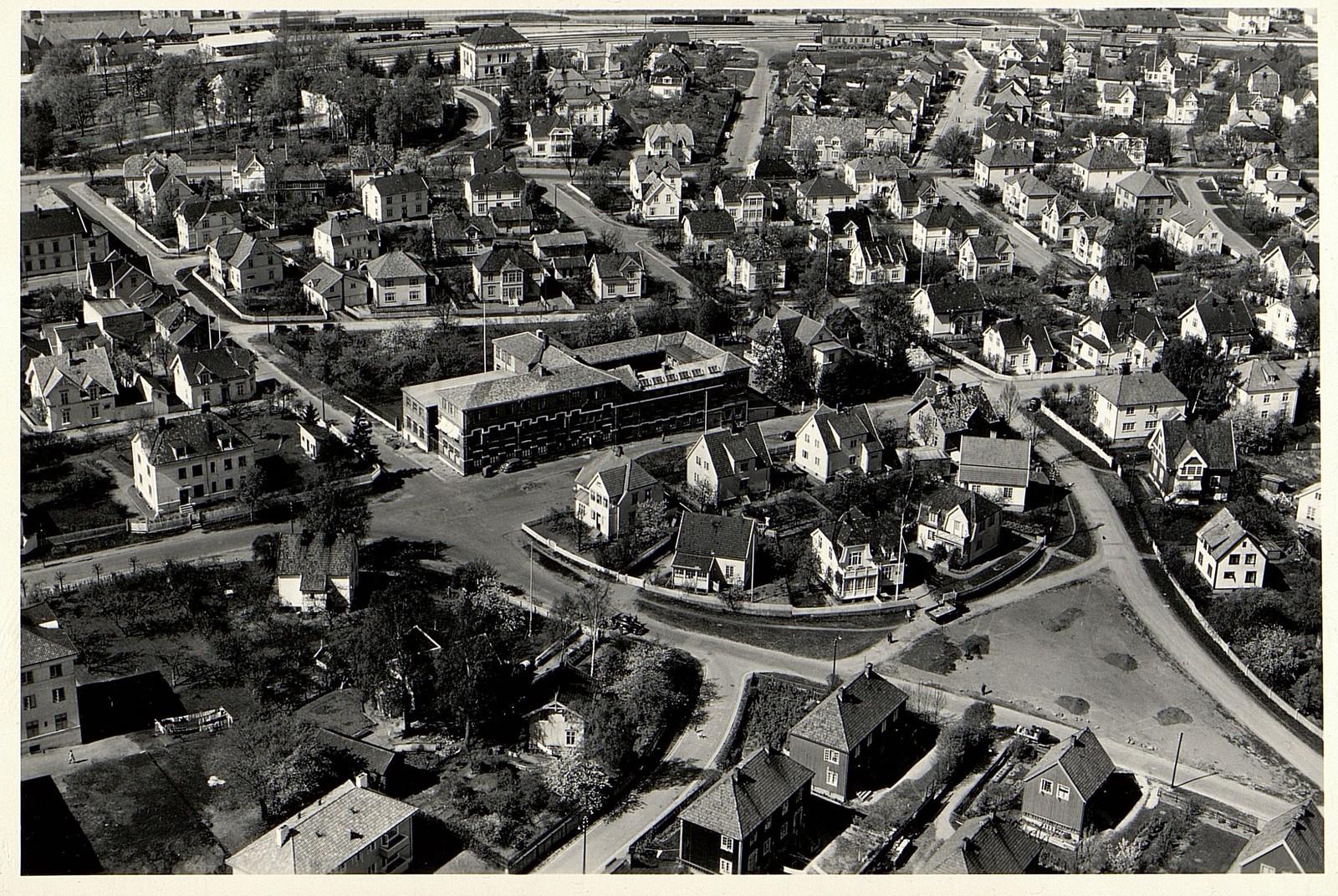 Flyfoto av Th. Marthinsen Sølvvarefabrikk og omegn i Tønsberg, 13.05.1953,