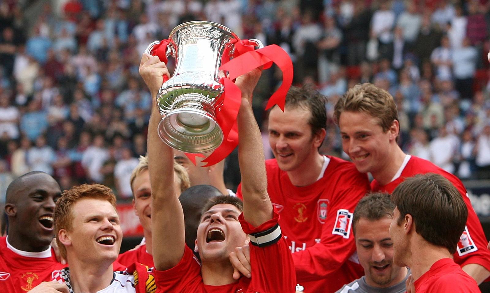 Gerrard løfter FA-cuptrofeet i 2006.