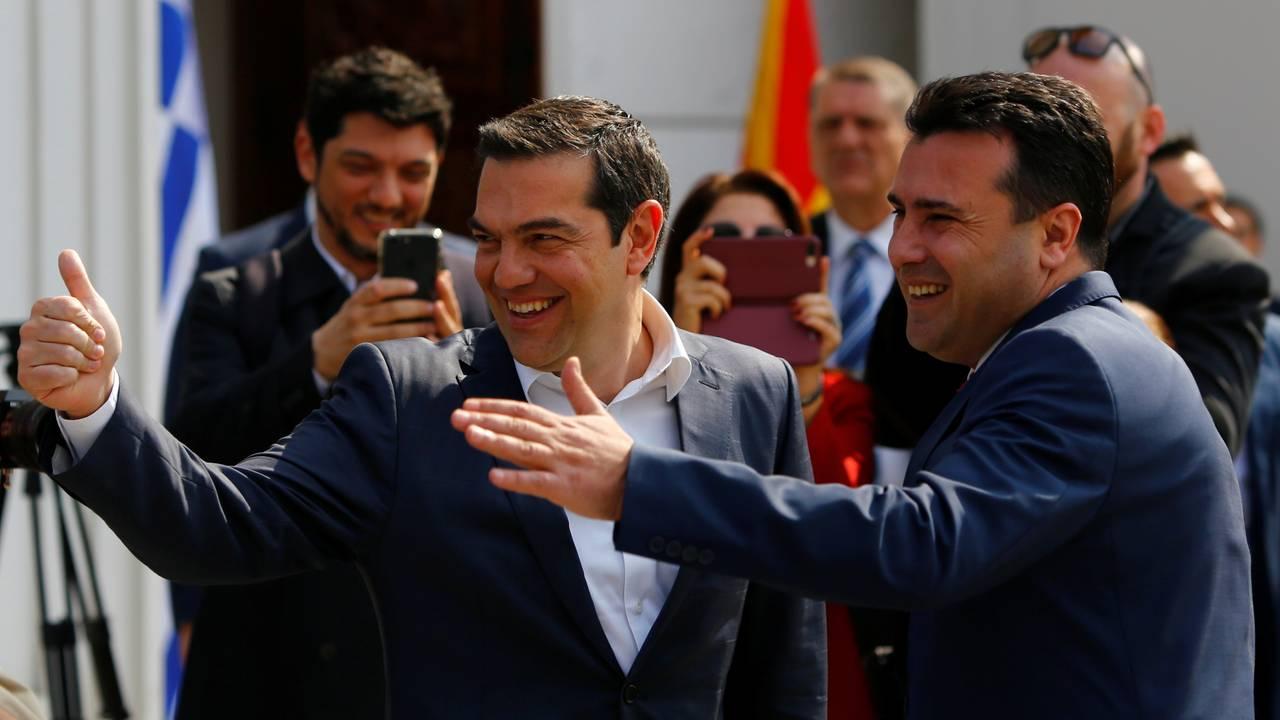 Statsministrene i Nord-Makedonias og Hellas Zoran Zaev og Alexis Tsipras etter navneavtalen