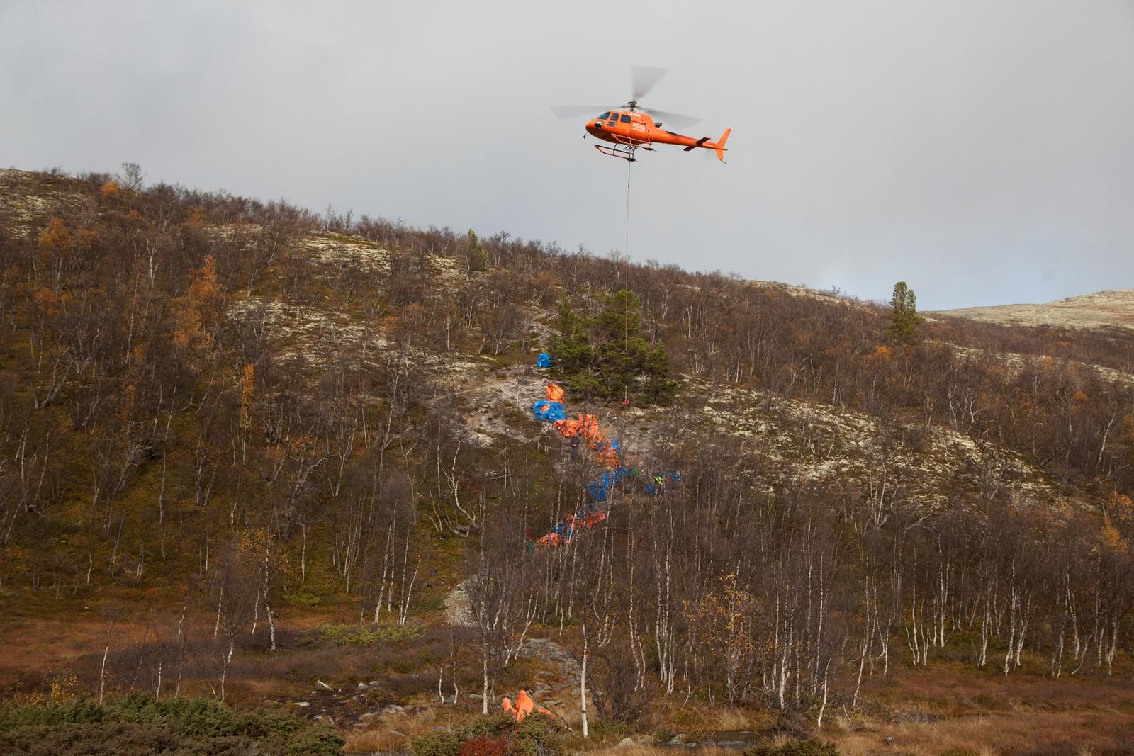 Her lastes steinene av fra helikopteret.