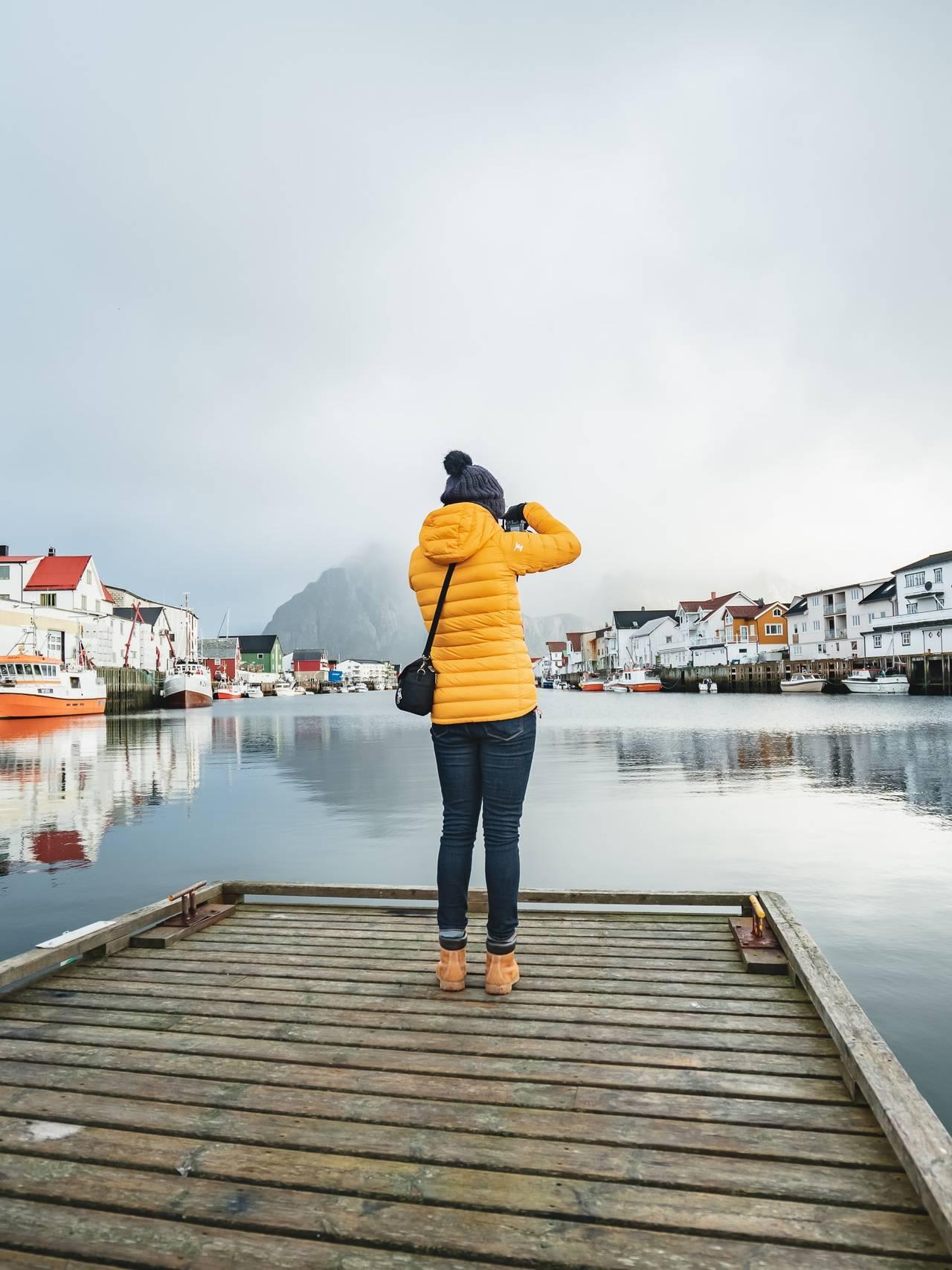 Dame tar bilde i Lofoten.