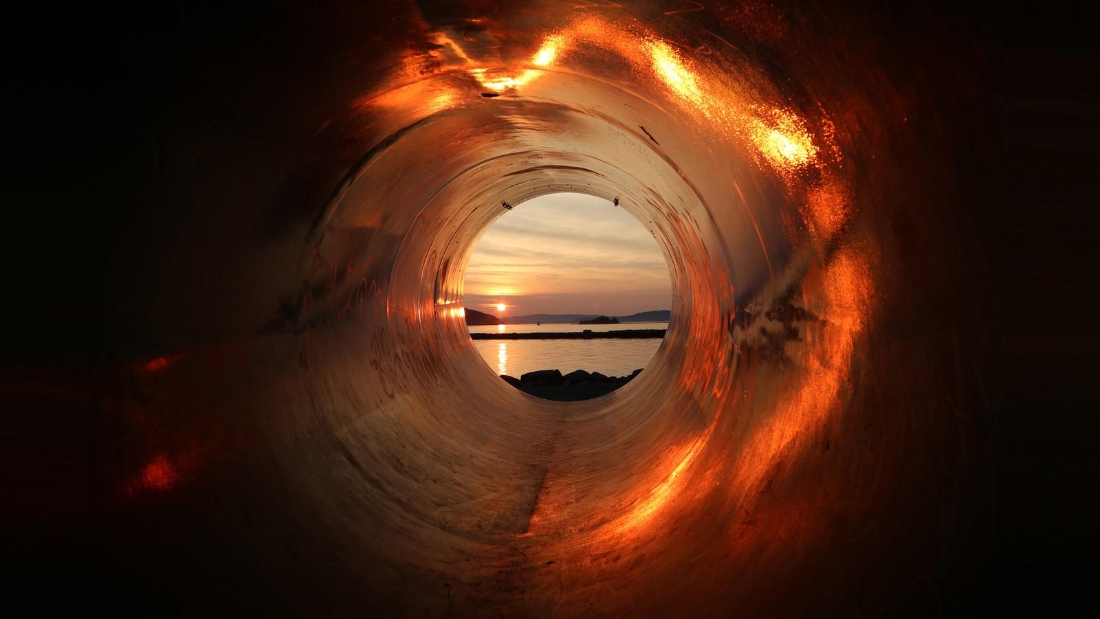 Solnedgang gjennom roperten på Lade