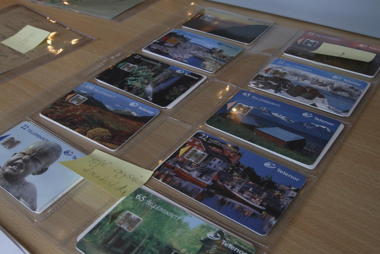 Jan Talsethagen (75) frå Sogndal samlar ikkje berre på postkort, men også telekort, som truleg var dei mest moderne samleobjekta på samlarmessa.