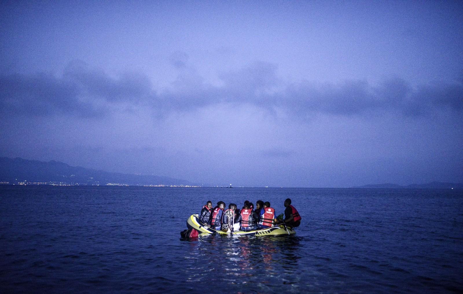Dette er imidlertid ikke et kunstverk signert Banksy. Bildet viser flyktninger på vei til den greske øya Kos. Over 7.000 flyktninger skal være ankommet den greske øya med 30.000 fastboende.